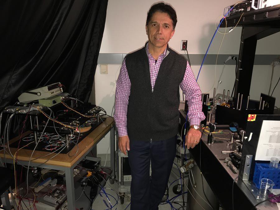 Abbildung 1: Dr. Jalali mit dem TS-QPI-System.