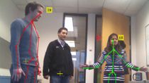 Erfassen von Bild- und Skelettdaten von Microsoft Kinect für Windows in MATLAB. Kinect ist ein Gerät für die natürliche Interaktion mit RGB-Kamera, 3-D-Tiefensensor und 4-Kanal-Mikrofon.